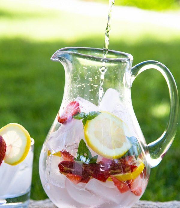 Recept. Water met een smaakje van pompelmoes, granaataappel (of aardbei) en rozemarijn